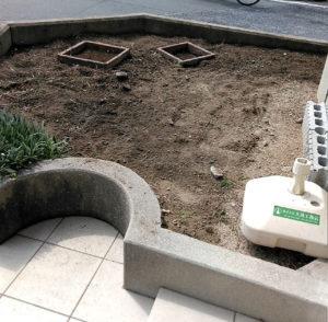 会社の前の花壇の雑草をぬきました。